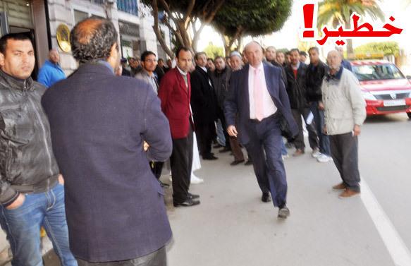 """القنصل الإسباني بالناظور """"خورخي كابيساس"""" ينصّب نفسه حارس أمن و""""يطارد"""" مصور ناظورسيتي بالشارع العام"""