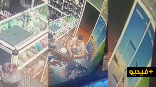 شاهدوا: كاميرا المراقبة تصور لصا يسرق هاتف محمول داخل محل لبيع الهواتف بالعروي