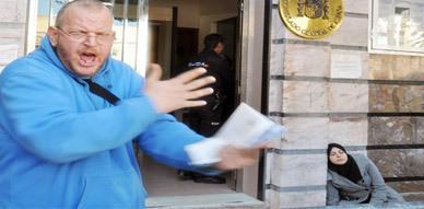 لليوم الثاني على التوالي.. احتجاجات وحالة إغماء أمام باب القنصلية الإسبانية بالناظور