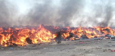 مصالح الجمارك بالناظور تواصل إتلاف الملابس المستعملة عبر عملية الحرق