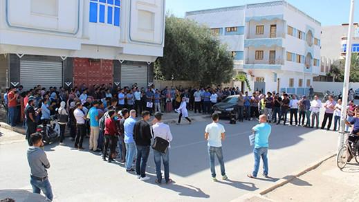 التنسيقية الوطنية للاساتذة الذين فرض عليهم التعاقد يحتجون أمام مقر مديرية التعليم بميضار