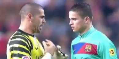 شوفو كيف يتفاهم لاعبين برشلونه مع افيلاي