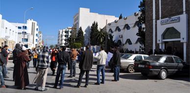 حركة 20 فبراير بالناظور في وقفة إحتجاجية أمام المحكمة الإبتدائية تضامنا مع معتقلي أحداث تازة