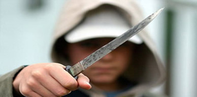 وتتواصل عمليات السرقة بالناظور.. عصابة بحي إشوماي تهاجم شابة بالسلاح الأبيض وتستولي على هاتفها ومحفظتها