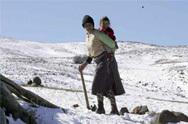 الثلوج الكثيفة تعزل قرى بأكملها وسط الجبال بالمغرب