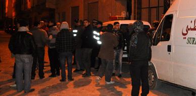 سكان حي لعراصي بالناظور يحتجون أمام عمارة تأوي العاهرات ويطالبون بتدخل السلطات الأمنية