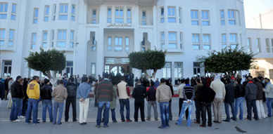 معطلو الناظور يعودون الى الشوارع وينظمون اعتصاما جزئيا أمام عمالة الإقليم
