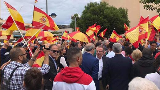 مظاهرة بمليلية تطالب بتوفير الأسلحة والمصفحات لقمع الاحتجاجات بكتالونيا