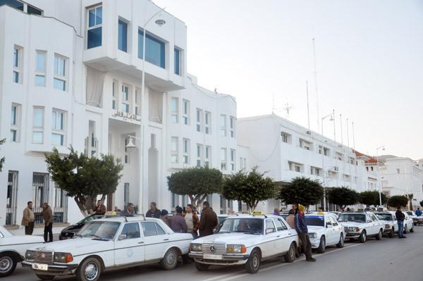 """مجموعة من أرباب سيارات الأجرة الكبيرة يحتجون أمام عمالة الناظور احتجاجا على """"التسيب المهني"""""""