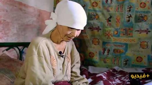 """مؤثر.. شاهدوا كيف تعيش امرأة تعاني من الفقر المدقع والمرض برفقة إبنتها في """"خربة"""" بخلاء الدريوش"""