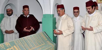 وفد عن الحجابة الملكية يسلم هبة ملكية لضريح الشريف محمد أمزيان بأزغنغان