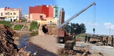 عناصر من الجيش المغربي تشيد قنطرة متنقلة لفسح المجال أمام إعادة بناء قنطرة جديدة بحي عاريض بالناظور