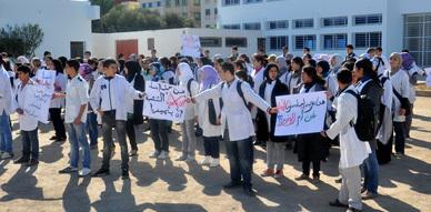 تلاميذ ثانوية عبد الكريم الخطابي بالناظور يحتجون على قرار إلغاء  وزير التعليم لثانويات التميز