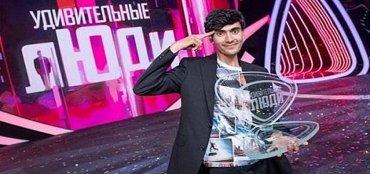 """شاب مغربي يحرز لقب مسابقة """"العقل الخارق"""" الدولية بفضل قوة ذاكرته وتركيزه اللامتناهي"""
