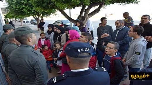 ساكنة دوار لعسارة تطالب عامل الناظور تمكينها من الكهرباء في وقفة احتجاجية أمام مقر العمالة