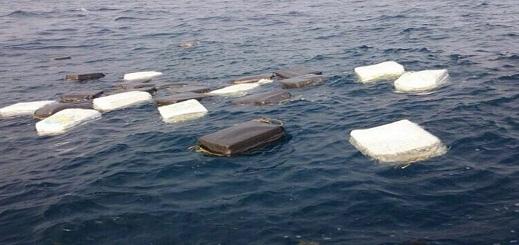 شاهدوا بالفيديو.. البحر يلفظ طرودا من الكوكايين بشاطئ غرب فرنسا تزن أكثر من 700 كلغ