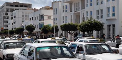 سائقو الطاكسيات الكبيرة بالناظور يطالبون عامل الإقليم بالتدخل لحل مشاكلهم التنظيمية