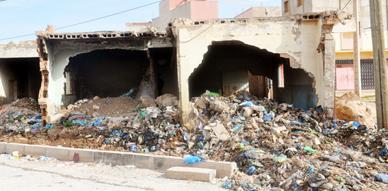 ساكنة حي بوعجاجا بالناظور تدعو الجهات المسؤولة إلى وضع حد لمعاناتها من منزل مهجور تحول إلى مزبلة