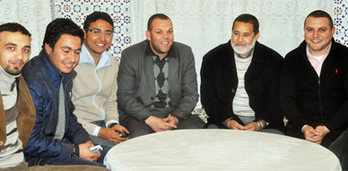 الزملاء الإعلاميين بالناظور في زيارة إلى السيد عبد المنعم شوقي للاطمئنان على وضعيته الصحية