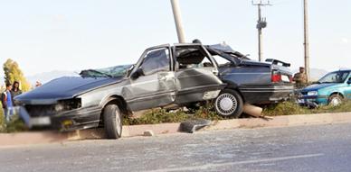 هيكل سيارة يتعرض للتهشم عقب الإصطدام بعمود كهربائي بطريق سلوان وعامل الإقليم يساهم في تسهيل عملية المرور