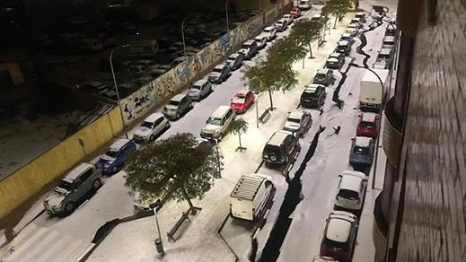 شاهدوا بالفيديو.. تساقطات ثلجية ترسم لوحات بيضاء في شوارع مدينة مليلية