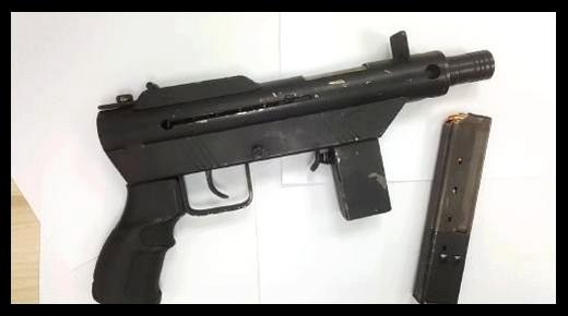 جمارك ميناء طنجة المتوسط تعتقل مهاجر في عقده السابع بحوزته مسدس أوتوماتيكي