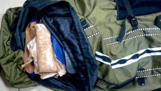 توقيف مواطن هندي الجنسية بالمطار وبحوزته أكثر من 4 كيلوغرامات من مخدر الشيرا