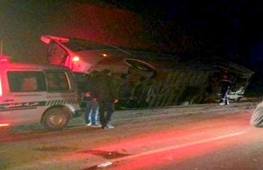 انقلاب حافلة لنقل المسافرين انطلقت من الحسيمة في اتجاه الرباط بعد اصطدامها بسيارة خفيفة