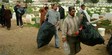 """شباب ودادية """"مغرب الخير"""" يتطوع لتنظيف مقبرة سيدي سالم بالناظور"""