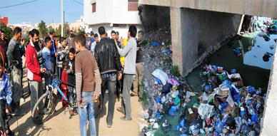 """احتجاج مواطنين من حي براقة حول """"الواد الحار"""" يستنفر مسؤولي الإدارة الترابية بالناظور"""
