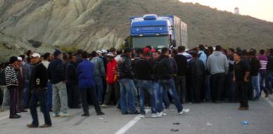 تنصل المسئولين من الوعود الممنوحة  يعيد ساكنة إشنيون للاعتصام  وسط الطريق الساحلي