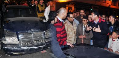 """سيارة """" ريفولي """" تتسبب في احتجاج بشارع يوسف إبن تاشفين بالناظور عقب إصطدامها بسيارة خفيفة وفرارها"""