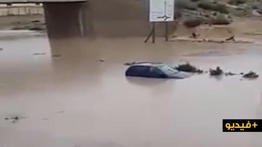 شاهدوا.. غرق سيارتين بطريق العروي بسبب الأمطار الغزيرة