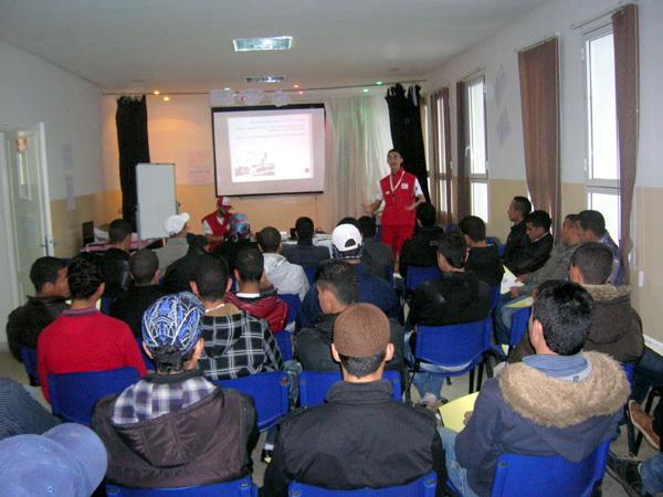 الهلال الأحمر المغربي بالناظور ينظم ورشة خاصة بالهجرة السرية  لفائدة متكوني مركز البركة