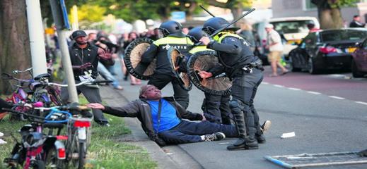 عقوبات بالفصل  والتوقيف عن العمل في حق ضباط شرطة هولنديين قاموا بتعنيف وإهانة مهاجر  مغربي