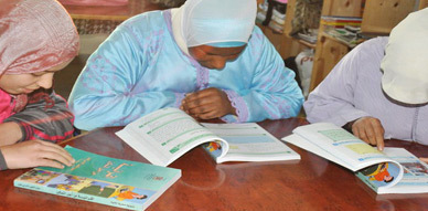 مسؤول بمكتب الدراسات المكلف من طرف وزارة التربية الوطنية يزور مراكز محو الامية بزايو