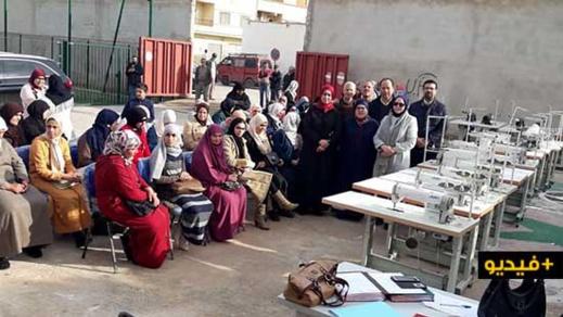 رئيس المجلس الجماعي للناظور بالنيابة يوزع الات الخياطة على نساء حي ترقاع