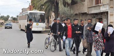 طلبة زايو يحتجون على تأخر حافلة نقل الطلبة عقب خلاف بين السائق والجمعية المكلفة
