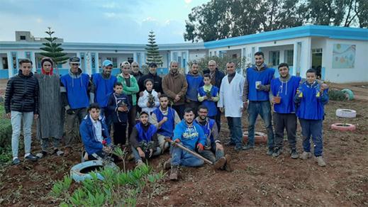 جمعويون يقومون مقام الوزارة في تزيين و صيانة مدرسة بويلغمان بالعروي
