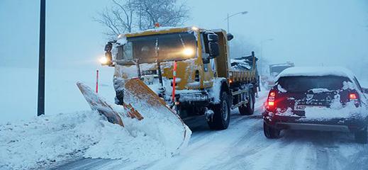 إعادة فتح الطرق التي عرفت انقطاعا بفعل الثلوج في وجه حركة السير