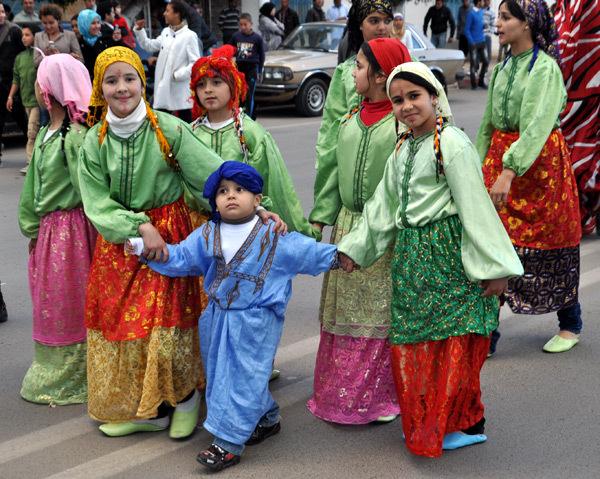 شوارع الناظور تعيش على إيقاع الإبداع من خلال كرنفال المهرجان الربيعي الدولي لمسرح الطفل