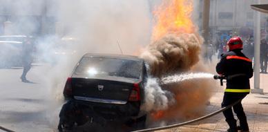 حريق مفاجئ بسيارة خفيفة بالحي الإداري بالناظور يسفر عن خسائر مادية