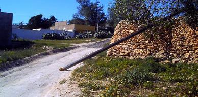 الرياح القوية لليلة الخميس الجمعة تتسبب في تساقط عدة أعمدة كهربائية خشبية بدوار هيذون ببني شيكر