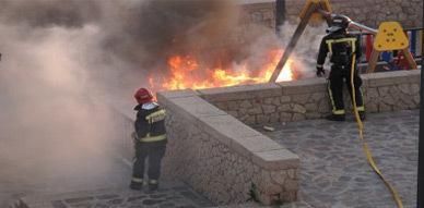 جانب من تدخل رجال المطافئ لإخماد حريق الحديقة