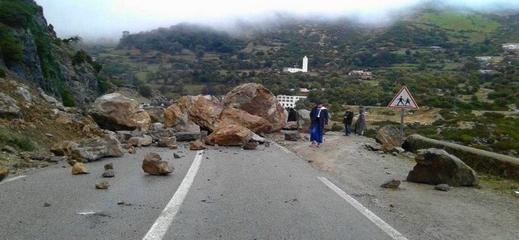 انهيار صخري يتسبب في توقف حركة السير على الطريق الوطنية بين الحسيمة وتاونات