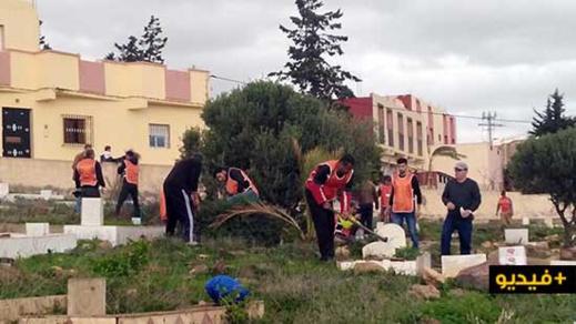"""جمعية تجري حملة تنقية واسعة بأرجاء مقبرة """"سيدي علي الفاضل العتيقة"""" ببني أنصار"""