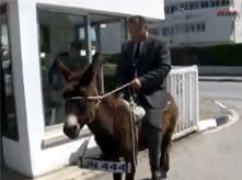 برلماني تركي يحتج على الحكومة بامتطاء الحمار