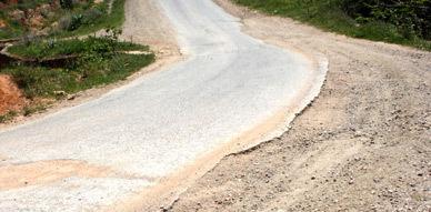 تآكل جنبات الطريق الرابطة بين قرية أنوال و بلدية بن طيب تثير إستياء مستعميلها