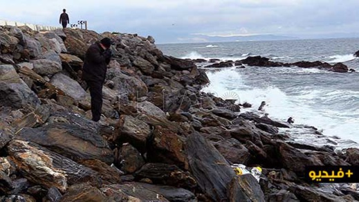 شاهدوا بالفيديو .. البحر يلفظ جثة مهاجر سري في حالة متقدمة من التحلل