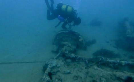 شاهدوا.. غواصون بالحسيمة يكتشفون بقايا آليات عسكرية في عمق البحر